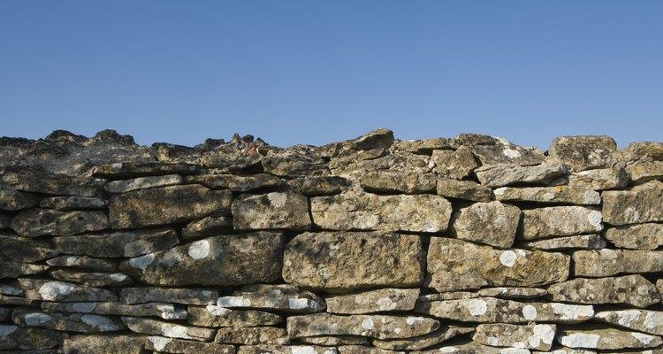 Construye un muro de piedra como un borde en tu jardín o como un muro de contención en tu propiedad.