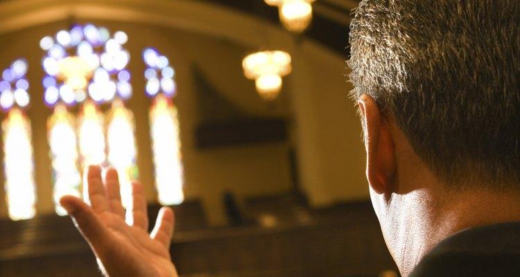 Agradecer a tu sacerdote por su apoyo moral durante un funeral puede llegar a ser parte de tu proceso de curación luego de un deceso.