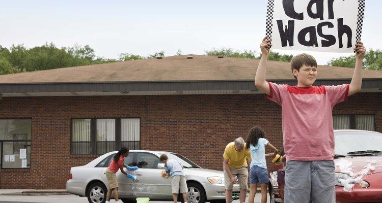 Un lavado de autos es una manera divertida para que los adolescentes ganen dinero.