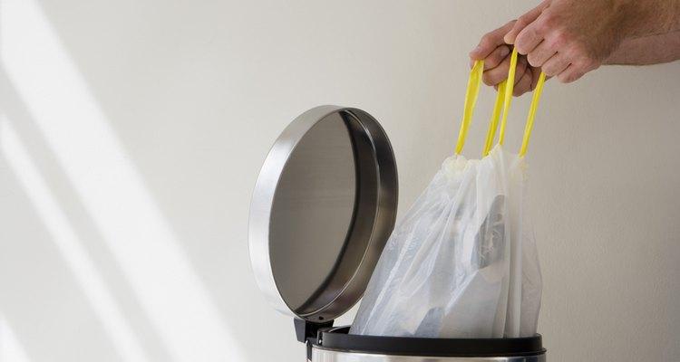 Hombre sacando la basura.