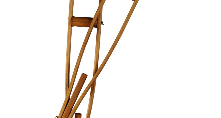 Muletas feitas em casa requerem poucas ferramentas e pouco tempo para fazê-las.