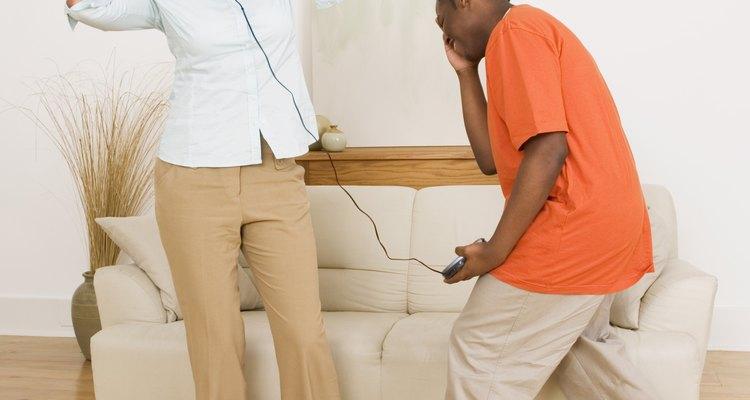 Crear vínculos con un hijastro adolescente puede ser tan simple como expresar un interés en él, o puede ser un poco más complicado.