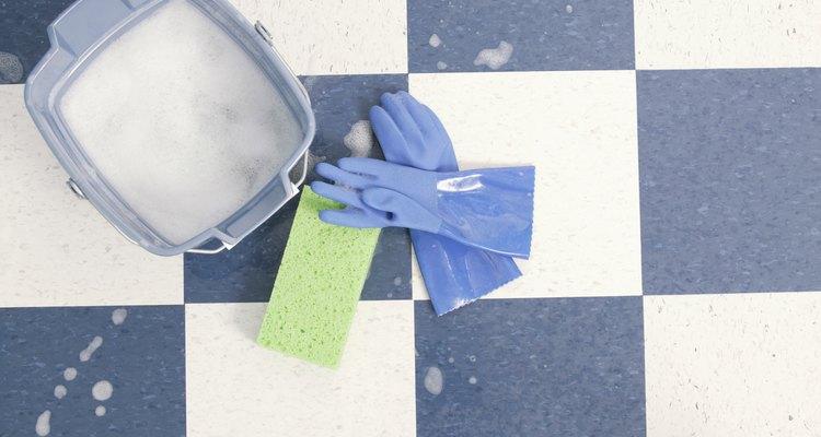 O iodo é últil para limpar feridas, mas pode ser difícil remover suas manchas em móveis