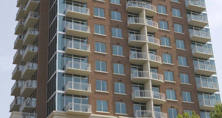 La integridad estructural de un edificio alto debe ser buena para soportar los elementos.