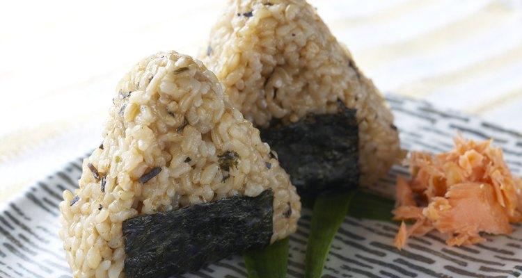 El onigiri es un plato japonés compuesto principalmente por arroz.