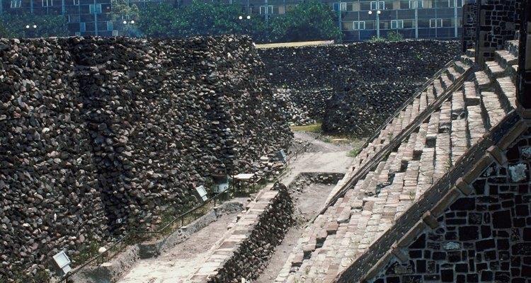 El juego de pelota se disputaba en un campo abierto delimitado por altos muros.