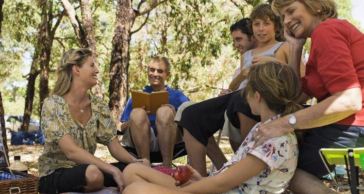 Enseña el amor de Dios a los adolescentes, abordando temas difíciles durante un picnic de fin de semana.