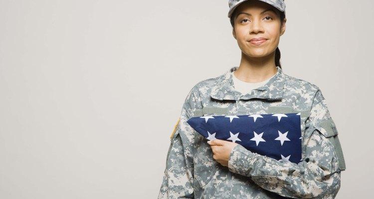 Os militares mantêm seus uniformes limpos e passados em todas as situações