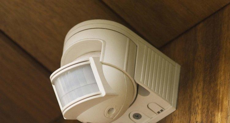 Las alarmas con sensores de movimiento emiten rayos infrarrojos invisibles para detectar intrusos.