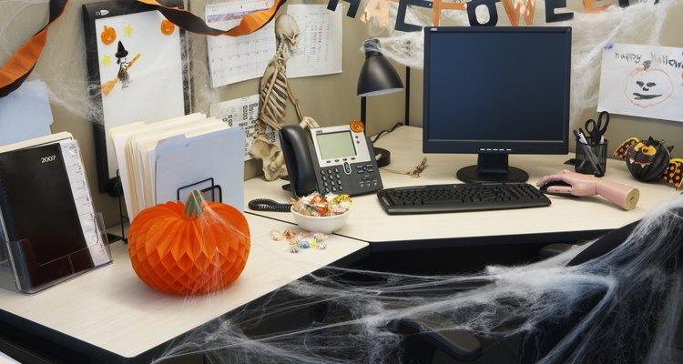Usa telarañas falsas para crear un estado de ánimo de Halloween.