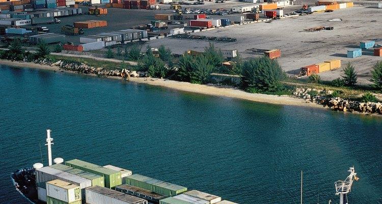 Tradicionalmente, são utilizados navios na pesca comercial