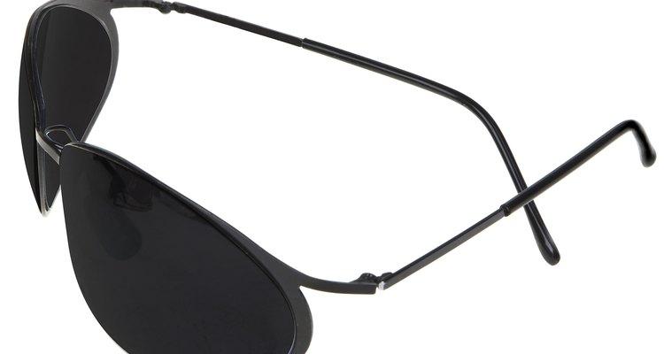 Você pode remover adesivos e seus resíduos pegajosos dos óculos de sol