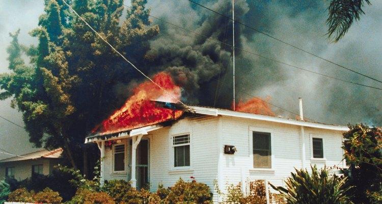 El fuego se origina a partir de la fusión de materiales de combustión, oxígeno y calor.