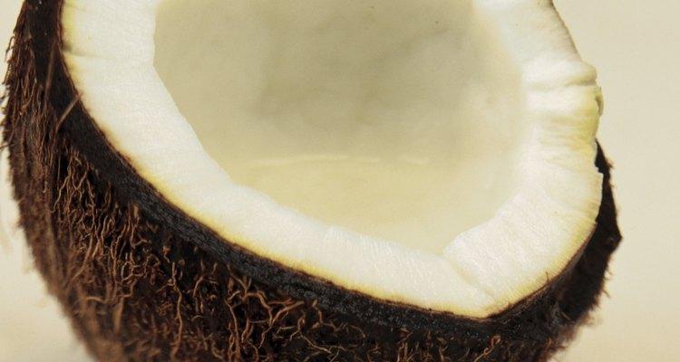 El aceite de coco reduce la pérdida de proteínas para cabellos no dañados y dañados.