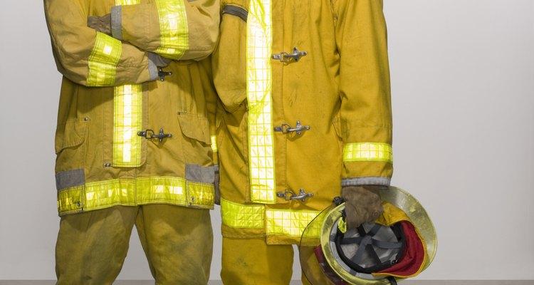 Os bombeiros utilizam roupas com equipamentos especiais nas áreas internas do corpo de bombeiros e em combate de incêndios