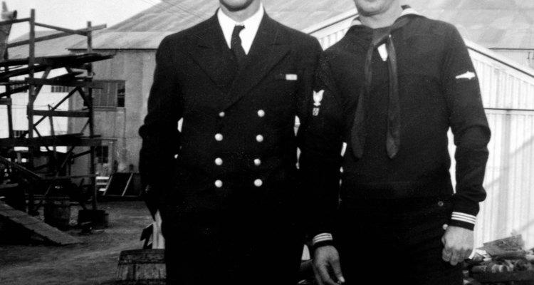 Los grados de la paga alistados en el rango de Navy de la E-1, el marinero recluta, a E-9, Suboficial Mayor.