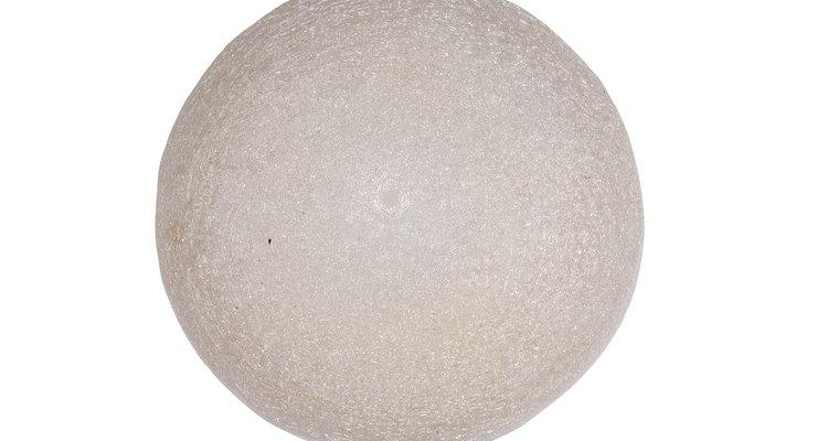 Use uma bola coberta em glitter como decoração para sua festa
