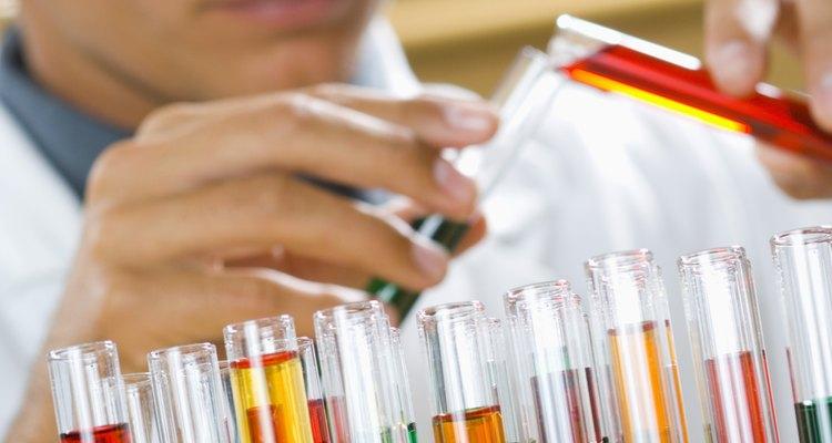 Crear y supervisar el sistema de fabricación de químicos son tareas de un ingeniero químico.