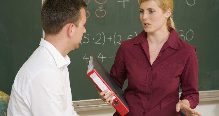 Debes tener una conversación con la maestra de tu hijo si te hace sentir mal.