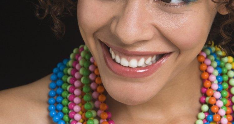 Una mujer usando collares coloridos.