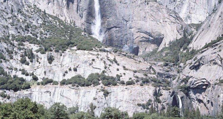 Las cascadas de Yosemite caen más de 2400 pies por acantilados de granito.