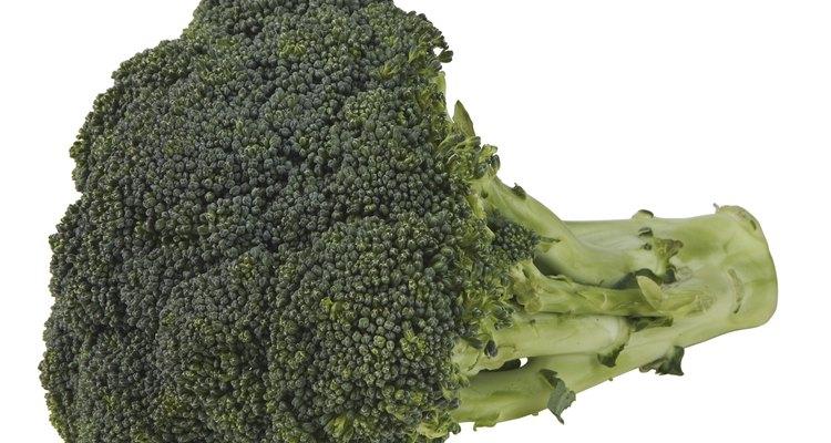 Alimentos a serem evitados são as frutas cruas, castanhas e sementes, aipo, pipoca e alguns vegetais fibrosos, como o brócolis
