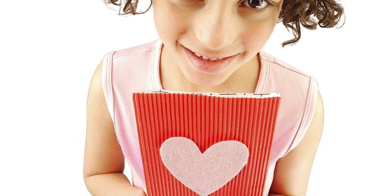 Los niños se sienten orgullosos cuando pueden hacer un regalo especial sin ayuda.