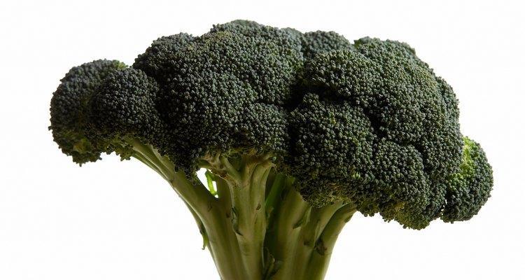 El brócoli verde brillante le da sabor y color al pollo hawaiano.
