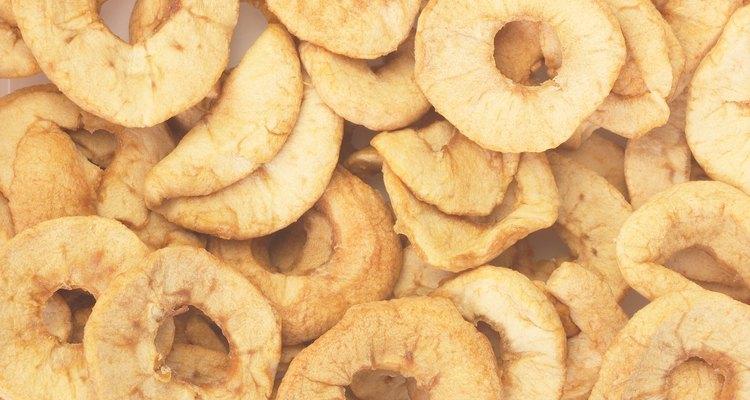 Hacer manzanas o plátanos deshidratados es fácil usando tu horno o un deshidratador.