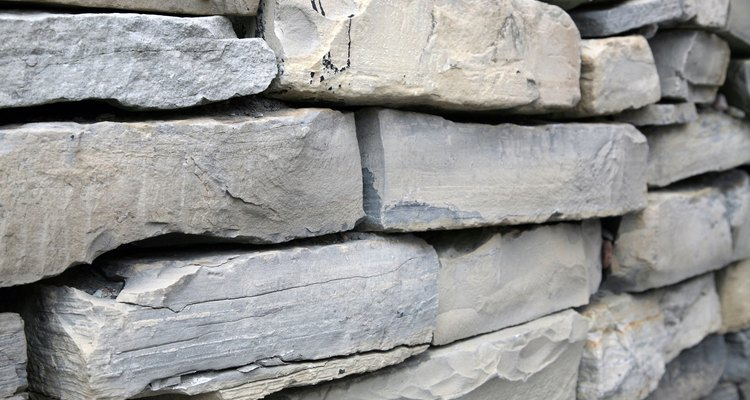 Las paredes de piedra apilada añaden contraste y estructura a un paisaje.