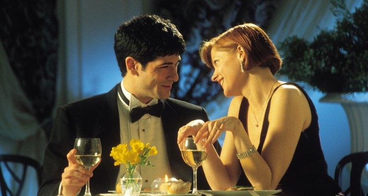Sonríe y usa el lenguaje corporal positivo para poner a tu compañera a gusto durante la primera cita.
