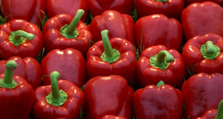 Los pimientos rojos dulces primero se secan, luego se muelen para crear pimentón.