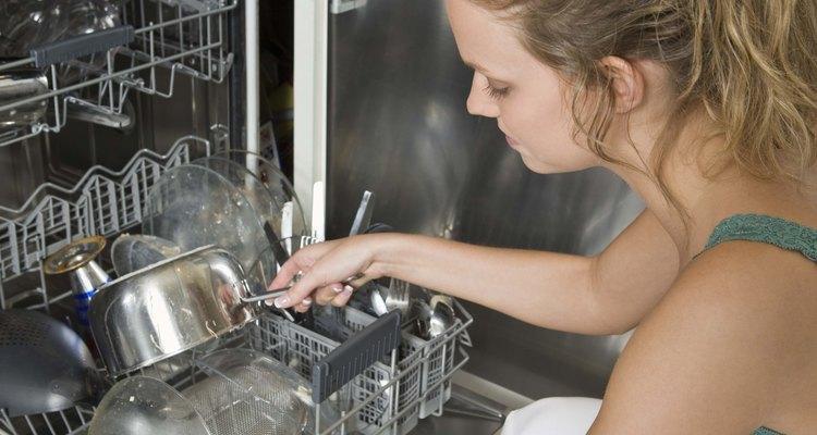 Resolva os problemas de água no fundo da lava-louças, para não precisar arcar com taxas de serviço