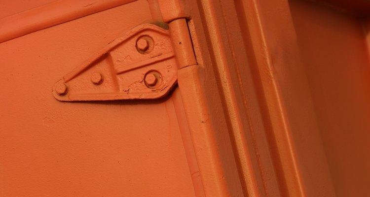 Con una puerta pre-fabricada puedes ahorrarte algunos pasos en la colocación de la puerta de tu cabaña.