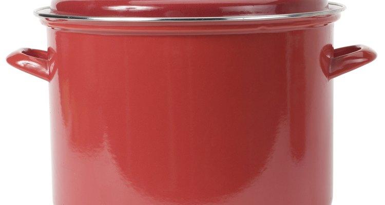 Las asas de las tapas de las sartenes a veces se pueden quitar manualmente desenroscándolas.