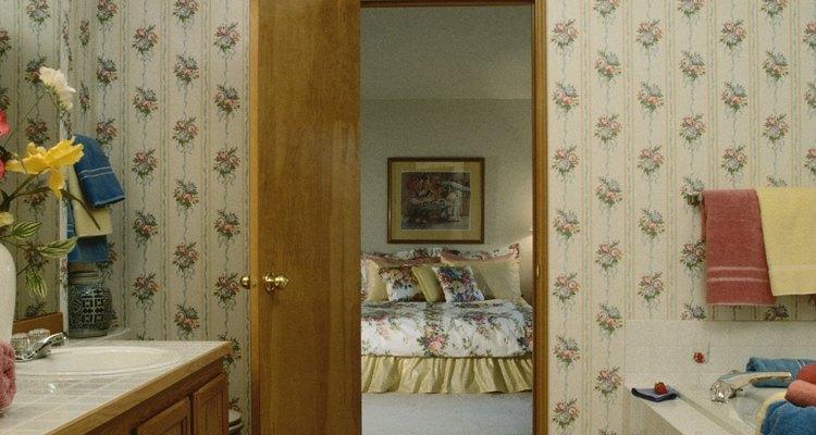 Uma porta que não abre ou fecha suavemente pode estragar o chão
