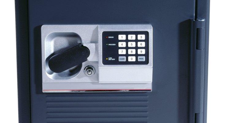 Muchas cajas fuertes electrónicas tienen una cerradura de emergencia para usar en caso que se agoten las baterías.