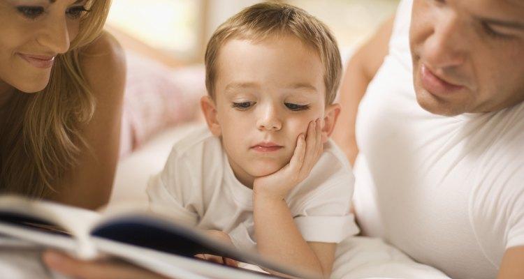 Las actividades de rellenar espacios ayudan a fortalecer la comprensión de lectura y escritura.
