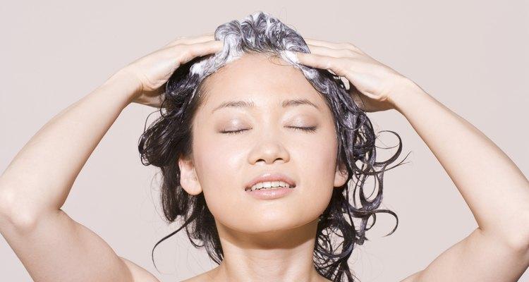 Una sustancia derivada del aceite de coco estabiliza la espuma en el champú Suave.
