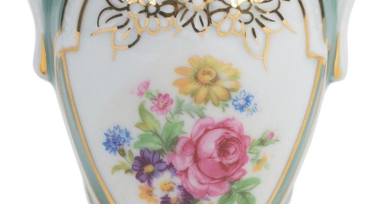 Encha uma vaso de porcelana com rosas banhadas em platina para um presente matrimonial de 20 anos