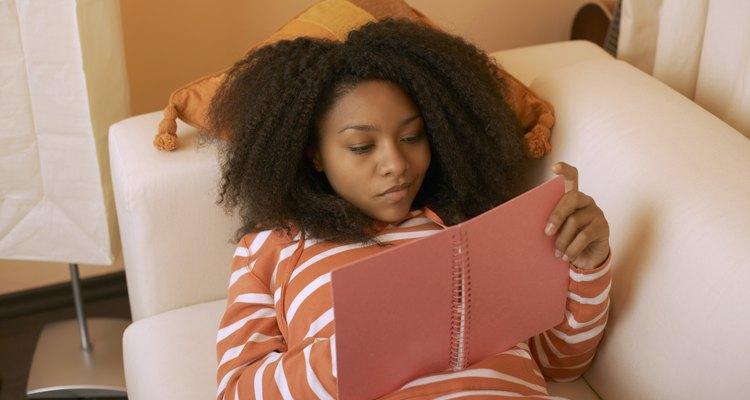 Mantener un diario puede ayudar a un adolescente a lidiar con el estrés.