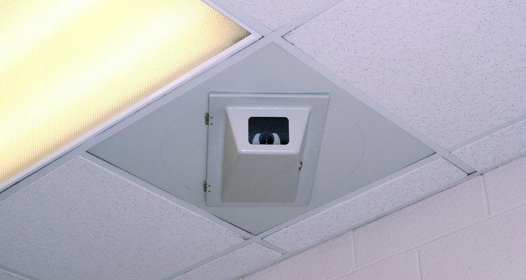 Remova a luminária embutida com grampos sem ter que acessar o forro