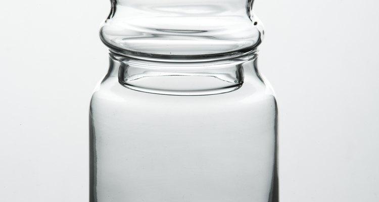 Enrosca la tapa en el frasco y agítalo enérgicamente durante unos minutos.