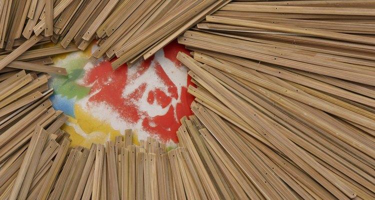 Utiliza palillos de artesanías para representar las placas de madera del arca.