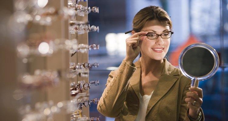 Ao comprar um óculos novo, experimente várias armações até encontrar a ideal para você