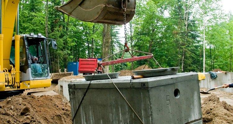La plomería y ventilación para la instalación o extracción del tanque séptico, suele incluir una retroexcavadora para la excavación.