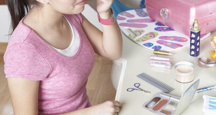 Uma caixa de maquiagem normalmente possui uma trava fácil de abrir