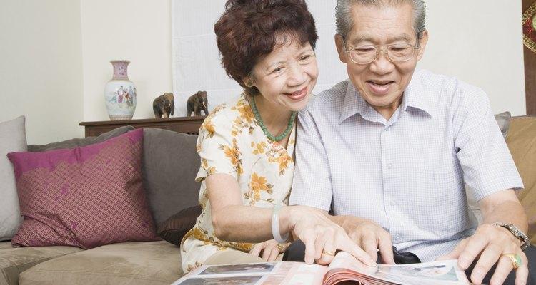 Casal de idosos olhando para um álbum de fotos