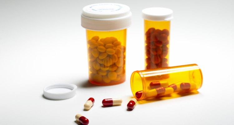 Para emergências, Benadryl pode ajudar; a dosagem é de 2 mg para cada quilo que o cão pesar