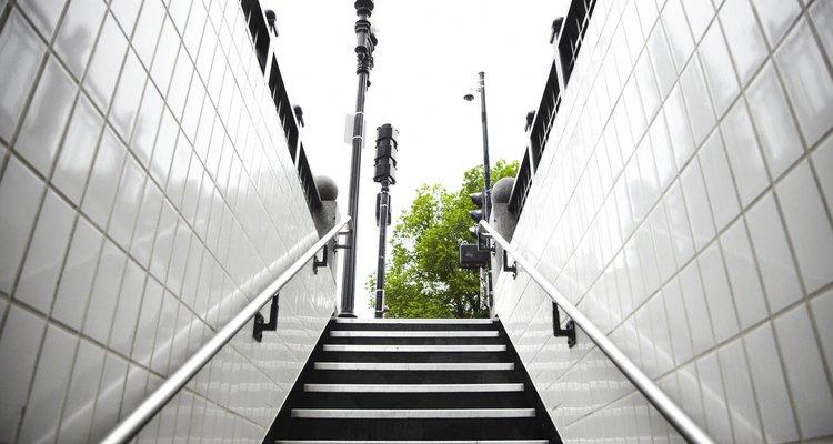 Instalar pasamanos como éstos hace de tus escaleras un lugar más seguro.